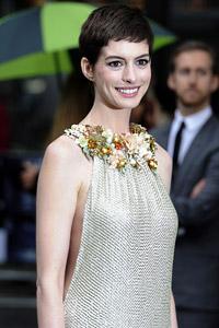 Валентино ще прави сватбената рокля на актрисата Ан Хатауей