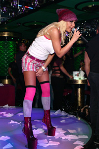 Сексбомбата на поп-фолка Камелия   се целува с фен пред очите на всички