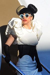 Лейди Гага открива церемонията по връчването на  музикалните награди MTV
