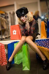 Блондинки се отдават на шопинг мания