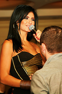 Анелия взе микрофона на Кристина Агилера и Шакира