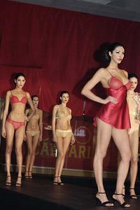 На изискано парти около басейн, Campari представи новия си календар за 2009 с Джесика Алба