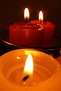 В пламъка на свещите горят диамантени частици