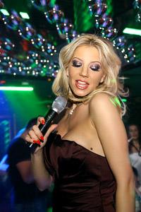Емилия изгря в центъра на най-горещото парти