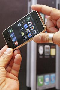 Първият iPhone е вече в България