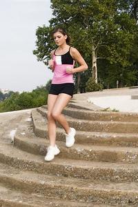 Изкачването на стълби се оказва по-ефективно от бягането