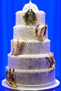 ESCADA сътвори торта в чест на кралската сватба за витрината на Harrods